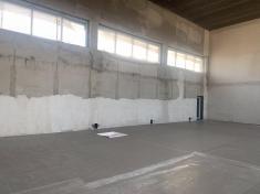 Tělocvična je podstřechou, ajsou dokončeny ivnitřní betonové podlahy