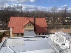 Probíhá zakrývání poslední části střechy